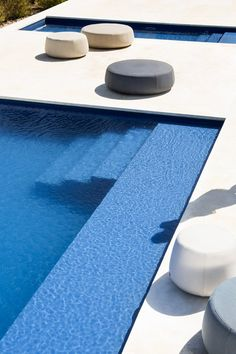 Homeowners who are considering installing a swimming pool before next summer should first of all think of the size and shape of what they are pursuing. Small Backyard Pools, Swimming Pools Backyard, Swimming Pool Designs, Swimming Pool Accessories, Pouf Design, Living Pool, Natural Swimming Ponds, Outside Pool, Courtyard Pool