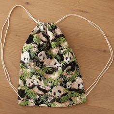 Die schönsten Geschenke sind selbst gemacht! Überrasche deine Liebsten mit einem selbst genähten Turnbeutel. Bei über 2000 Stoffen ist für jede(n) das richtige dabei! #diy #geschenk #selbst #selber #nähen #geschenkidee #selbstgemacht #selbermachen #turnbeutel #anleitung für #anfänger #einfach #festival #festivalbag #raverbag Drawstring Backpack, Panda, Backpacks, Bags, Fashion, Simple, Cinch Bag, Gymnastics, Homemade