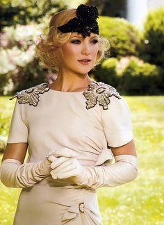 Kate Hudson in 20's garb