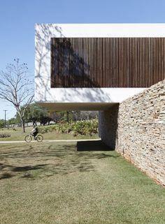 Casa SN fue diseñada por Studio Guilherme Torres y muestra una arquitectura fascinante, por su volumetría original y grandes luces sin pilares de apoyo. La