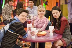 Sam (Jenette McCurdy), Carly (Miranda Cosgrove), and Freddy (Nathan Cress) ❤️❤️ I miss this show (iCarly)