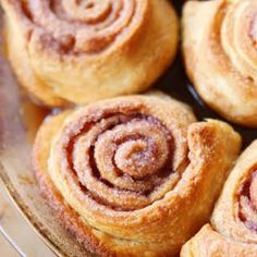 Easy Cinnamon Rolls — This is the BEST cinnamon roll recipe. So easy because they're made with crescent rolls! Plus this homemade cinnamon roll icing is to die for! Cinnamon Bun Recipe, Cinnamon Rolls, Köstliche Desserts, Dessert Recipes, Oreo Fudge, Sweet Recipes, Food To Make, The Best, Sweet Treats