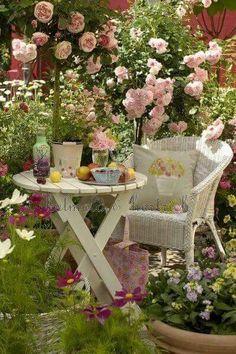 Such a romantic garden room. Jardin Style Shabby Chic, Shabby Chic Garden, Garden Cottage, Rose Cottage, Garden Nook, Garden Beds, Garden Oasis, Cottage House, Garden Art