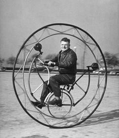 Uma das grandes invenções do homen foi a bicicleta.Esse modelo apresentado nesta foto.É bem interessante!