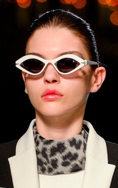 See all the Details photos from Roland Mouret Autumn/Winter 2013 Ready-To-Wear now on British Vogue Fall Fashion Trends, Runway Fashion, Autumn Fashion, Womens Fashion, Fashion Ideas, Eyewear Trends, Big Sunglasses, Ray Ban, Sexy Boots