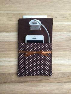 Phone charger holder / phone charging station a practical textile pocket,. Sewing Hacks, Sewing Crafts, Sewing Projects, Felt Crafts, Diy And Crafts, Pochette Diy, Phone Charger Holder, Sewing To Sell, Sewing Patterns