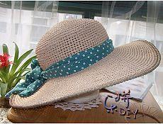Летняя шляпка с широкими полями.