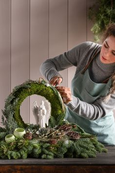 Christmas Advent Wreath, Christmas Craft Fair, Christmas Flowers, Christmas Arrangements, Christmas Centerpieces, Christmas Decorations, Flower Box Gift, Flower Boxes, Deco Floral