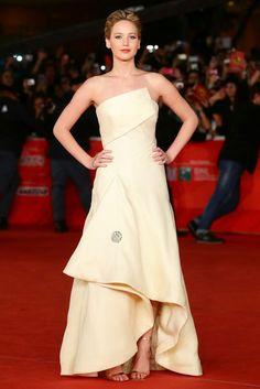 Jennifer Lawrence in einem cremefarbenen Dior-Kleid aus der Herbst/Winter-Kollektion 2013/14.