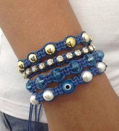 D2000S2350    Kit de pulseiras shambala, confeccionadas em macrame com cordão encerado na cor azul royal, composto de 4 pulseiras  1 pulseira de pérolas de 8 mm e olho grego de 8 mm na cor azul  1 pulseira de cristais facetados de 8 mm  1 pulseira de corrente de strass cristal PP 32 (strass pequeno)  1 pulseira de bolas douradas de 8 mm    > Pode ser confeccionado em outras cores de cordão encerado (cores disponíveis: Amarelo, amarelo cítrico, azul claro, bege claro, bege escuro, café, ...