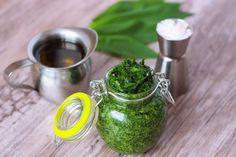 Pesto z medvedieho cesnaku - Powered by Pesto, Russian Recipes, Moscow Mule Mugs, Bowl Set, Vegetables, Healthy, Tableware, Food, Polish