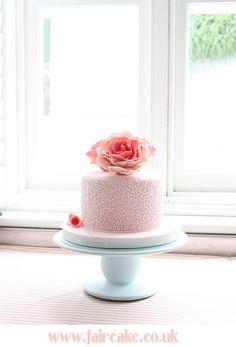 great detail, cute little cake!