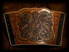 Viking Bracer Gotland II Viking leather bracer, handtooled and dyed after a famous design from Gotland. an early work by Wodenswolf. Leather Bracers, Leather Tooling, Leather Keychain, Leather Pouch, Archery, Images Viking, Larp Armor, Medieval Armor, Viking Pattern