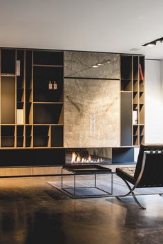 Do you want an artistic fireplace? Then choose natural stone with bookmatch motif. This was realized at Potier Stone in Mystic Brown. To be admired in the showroom of Bosmans Haarden.