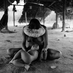 Mãe brinca com o filho dentro de uma das ocas da tribo, Folha de S.Paulo - São Paulo - Fotógrafo retrata índios isolados na Amazônia 20 anos depois das primeiras imagens - 27/10/2013