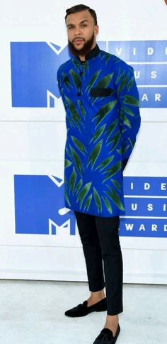 Jidenna from MTV Video Music Awards 2016 Red Carpet Arrivals is part of African men fashion The musician looks suave in his blue and green getup! African Shirts For Men, African Dresses Men, African Attire For Men, African Wear, African Style, African Women, Nigerian Men Fashion, African Print Fashion, Ankara Fashion