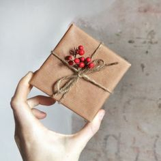 No more messy presents—here's a simple, photo tutorial on how to wrap a gift simply and beautifully. Present Wrapping, Creative Gift Wrapping, Easy Gift Wrapping Ideas, Creative Gift Packaging, Christmas Gift Wrapping, Christmas Crafts, Christmas Decorations, Brown Paper Wrapping, Wrapping Papers