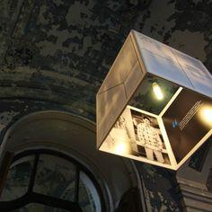 Vyberte si originálne osvetlenie do vašej domácnosti. Lampa Atrium 20+1bola po prvý krát použitá a na mieru vyvinutá ako výstavný objekt pre rovnomennú výstavu. Nakoľko však zaznamenala úspech a aj nám sa nesmierne páči ten pocit a atmosféru, ktorú osvetlenie vnieslo do priestoru, rozhodli sme sa Lampu zneužiť vo Váš prospech. Odteraz máte možnosť zažiť architektúru priamo uVás doma. Vzory potlače každej lampy sú jedinečné, máte záruku, že každá je originál.