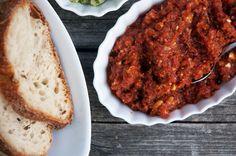 Nem og lækker tomatpesto - Brug det fx på brød, rørt i pasta, som topping på laks eller i en salat. Helt perfekt både til tapas og som super nem hverdagsmad Pesto Aioli, Tomato Pesto, Dip Recipes, Veggie Recipes, Veggie Food, Marinade Sauce, Lunches And Dinners, Tapenade, Meal Prep