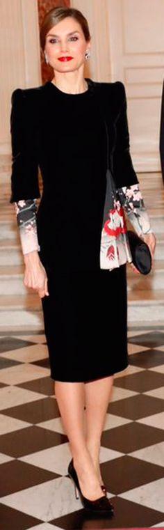 La Reina Letizia con un  Armani Privé, negro de terciopelo.