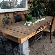 Cinder block and shipping pallet outdoor dining table Cinder Block Furniture, Outdoor Furniture Plans, Pallet Furniture, Furniture Projects, Furniture Decor, Cinder Blocks, Cinder Block Ideas, Diy Projects, Cinder Block Bench