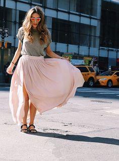 La jupe longue fendue twiste notre tenue avec son détail échancré. En journée comme pour le soir, elle habille d'un rien notre look classique. Pour la porter en étant stylée, on vous dit comment l'adopter cet été.