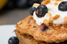You& Gonna Fall In Love With Breakfast When You Try These Healthy Banana Pancakes - Oats, Banana, Eggs as base Healthy Blueberry Pancakes, Banana Egg Pancakes, Banana And Egg, Oatmeal Pancakes, What's For Breakfast, Breakfast Dishes, Breakfast Recipes, Dessert Recipes, Pancake Recipes