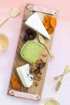 DIY: cheese board with leather handles / Faça você mesmo: tábua de queijos com alças de couro