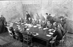 7 de maio de 1945, rendição do exército alemão na Europa Ocidental, em Reims, França.