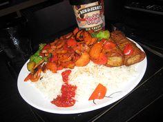 Vårullar med oxkött, ris, stekta morötter, paprika och broccoli samt sambal oelek och soja. Till det: vatten och Ben & Jerry's Cookiedough.     . Best Food!!!