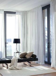 För den som vill förändra med textilier är gardiner det enklaste sättet att få resultat.Vid fönster, på väggar och som rumsavskiljare styr textilierna ljus, ljud och stämning på ett sätt som ingen...