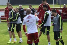 Com Diego Costa participando normalmente, seleção da Espanha fazem primeiro treino no Brasil. http://esportes.terra.com.br/futebol/copa-2014/com-diego-costa-bem-espanha-faz-1-treino-no-brasil,56cb0bb152286410VgnVCM3000009af154d0RCRD.html