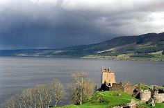 Loch Ness with Castle Urquhart in the foreground © Sam Fentress on Wikipedia (CC BY-SA 2.0)