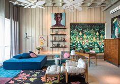 A Casa de Vidro, onde morou a arquiteta Lina Bo Bardi, serviu de inspiração para Paula Neder. Tapetes sobrepostos, mobiliário assinado e um enorme painel de madeira são os pontos altos do Estúdio PN para Lina Bo Bardi
