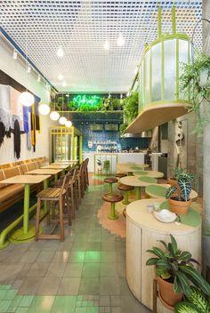 Burle Marx inspira Coffe Stories em São Paulo  (Foto: Fotos Rafael Briest) Bistro Interior, Modern Home Interior Design, Home Room Design, Diy Interior, House Design, Outdoor Restaurant Design, Area Rug Placement, Simple Cafe, Bungalow