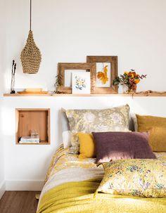 cama-con-cabecero-de-obra-y-hornacina-de-madera-con-lámara-de-techo 00469014