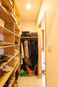 シューズクローク:たくさんの靴やかさばる冬物コートなどを効率よく収納。 Bathroom Storage Shelves, Storage Spaces, Kitchen Storage, Shoe Organizer Entryway, Muji Home, Small Workspace, Armoire, House Entrance, Storage Design