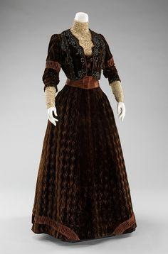 velvet dinner dress from between 1900 and 1903.