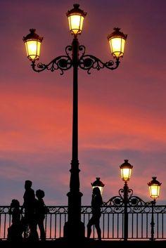 Lantern Post, Lantern Lamp, Candle Lanterns, Beautiful Lights, Beautiful Places, Outdoor Lamp Posts, Street Lamp, City Lights, Street Lights