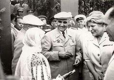 Gheorghe Gheorghiu –Dej, Ana Pauker, C. Pârvulescu, Teohari Georgescu şi alte persoane întreţinându-se cu mama lui C. Pârvulescu cu prilejul sărbătoririi zilei de 23 august 1951. (23.08.1951)
