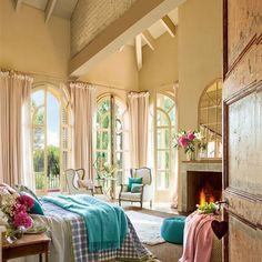 Dormitorio con tchos altos, chimenea y tres ventanales al jardín Shabby Chic Interiors, House Inspiration, House Design, Furniture, Chic Interior Design, Bedroom, Home Decor, Room, Luxury Homes