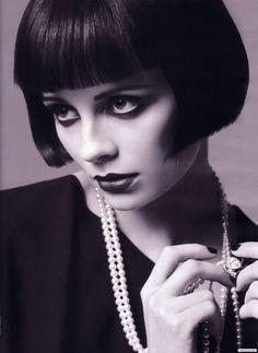 El flequillo de los años veinte    Louise Brooks y su corte de cabello, muy vanguardista, fue la sensación entre las mujeres de su época. El flequillo fue el rasgo más característico de la actriz, pero también sus cejas rectas y su impresionante guardarropa con abrigos y vestidos de terciopelo.