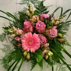 Naistenviikon alkajaisiksi  sunnuntaina valmistui tämä suosikkikimppuni ♥ This week's my #favorite #pink #bouquet  #kukka #blommor #kukkakimppu #gerbera #ruusut #roses #flowerlover #flowers #flowerofinstagram #instaflowers #kukkakauppa #flowershop #naistenviikko #kotka #finland