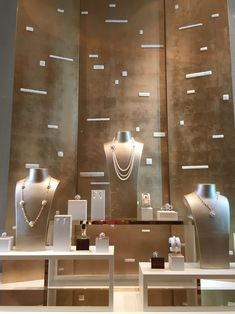 Chanel Fine Jewelry Window Display at Encore Hotel, Las Vegas. Photo by Wendy Tomoyasu Jewellery Shop Design, Jewellery Showroom, Jewelry Shop, Jewelry Stores, Jewellery Displays, Jewelry Tray, Jewelry Dish, Fine Jewelry, Jewelry Stand