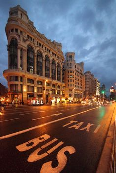 Gran Vía nocturna. En primer término, Casa Matesanz. Arquitecto: Antonio Palacios. Construida en 1923.