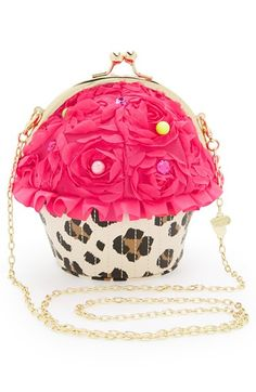 Betsey Johnson Sweet to the Shop Bag. You spread your cute from your flat to the bakery with this cupcake clutch by Betsey Johnson! Unique Purses, Unique Bags, Cute Purses, Steam Punk, Betsey Johnson Purses, Cute Bags, Small Bags, Purse Wallet, Coin Purse