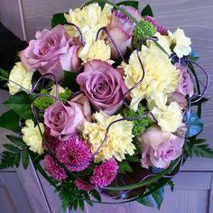 Retro kimppu neilikoista ja ruusuista. #Bouquet of #carnations and #roses memento of yesteryear.  #kukat #flowes #blommor #ruusut #kukkakauppa #florist #instaflowers #flowerofinstagram  #kotka #suomi #Finland