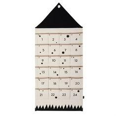 Hauska House joulukalenteri tulee Ferm Livingiltä ja se on valmistettu puuvillasta. Kalenteri on leikkisästi tehty talon muotoiseksi ja siihen on ommeltu taskuja pieniä lahjoja varten, yksi tasku jokaiselle päivälle jouluaattoon saakka. Ripusta kalenteri seinälle ja täytä se pienillä lahjoilla.