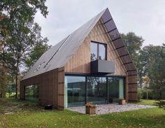 Architectuur Architect eigen huis heeft een moderne schuurwoning ontworpen in een bos op Landgoed Duivenvoorde. De positie en oriëntatie van het huis zijn bepaald door de hoge bomen en half-open doorzichten van het bos. Het huis staat in de hoek...