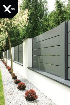Grey aluminum spans and white plastered walls covered with aluminum caps Front Yard Fence, Diy Fence, Backyard Fences, Backyard Landscaping, Fence Ideas, Fence Art, Modern Landscaping, Garden Ideas, House Fence Design